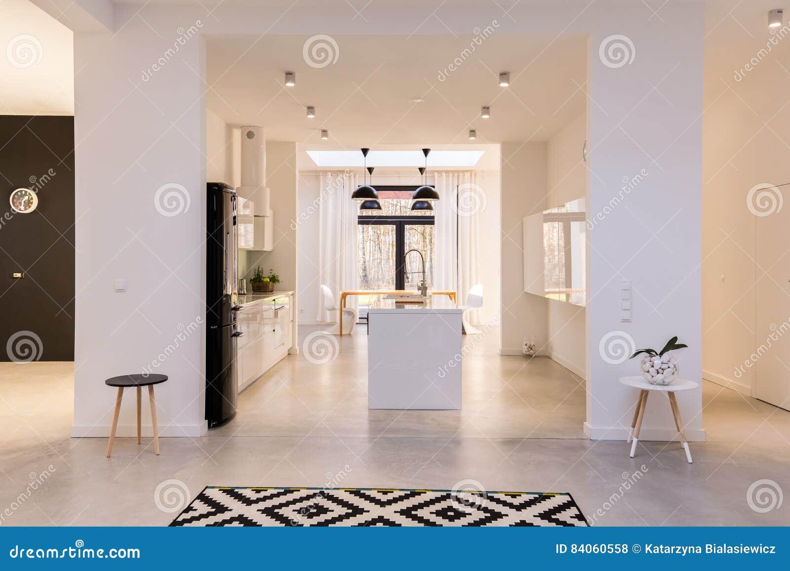 Cucina Bianca Con Isola.Grande Cucina Bianca Con L Isola Fotografia Stock Immagine