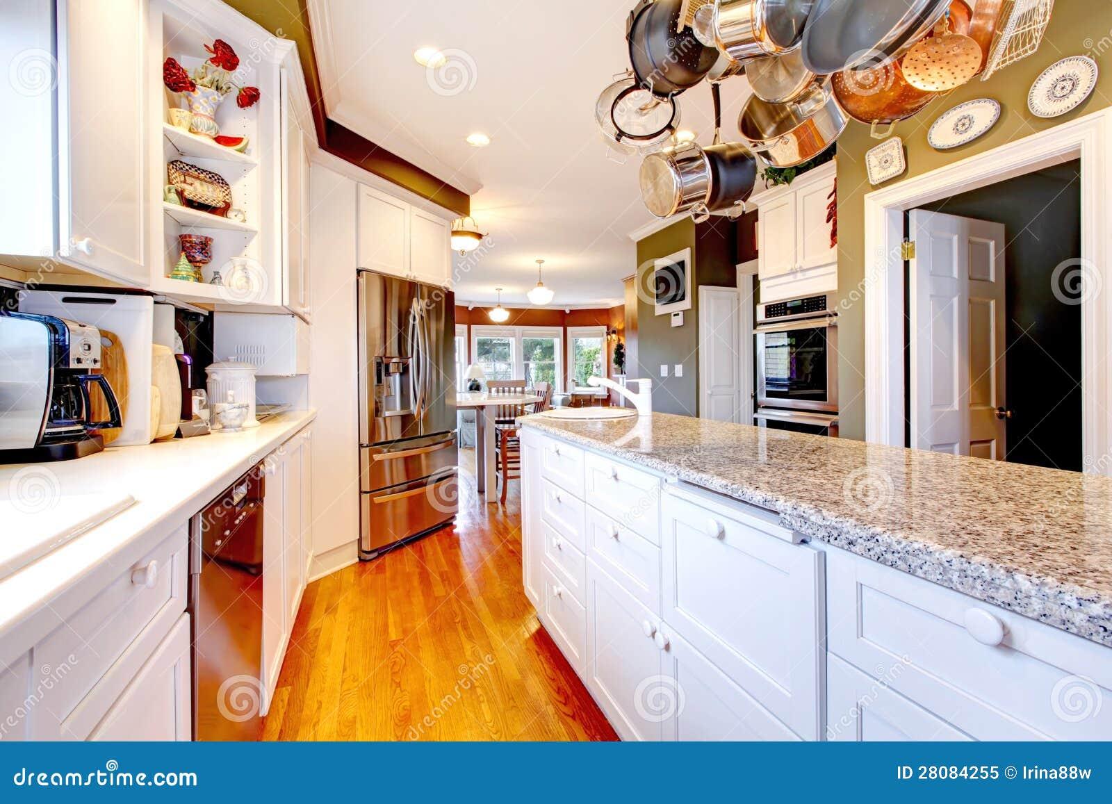 Grande cucina bianca e verde con il pavimento di legno - Cucina bianca e legno ...
