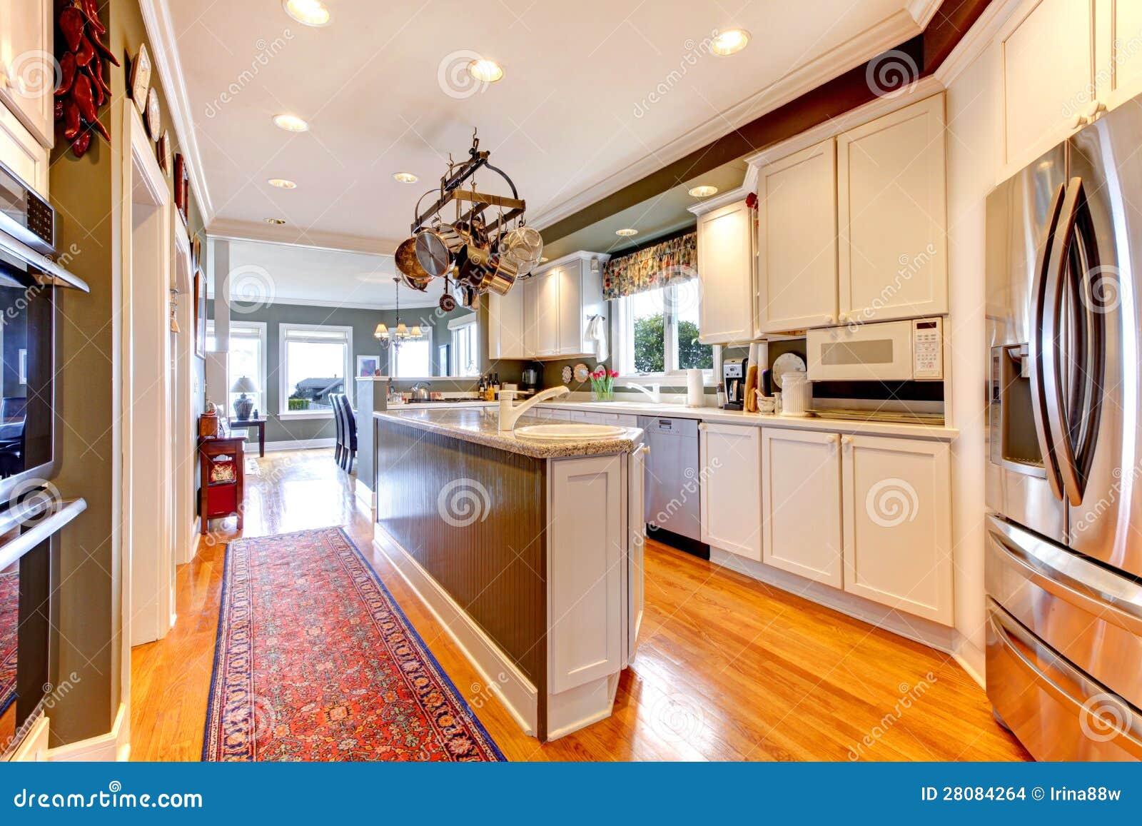 Grande cucina bianca e verde con il pavimento di legno - Pavimento in legno in cucina ...