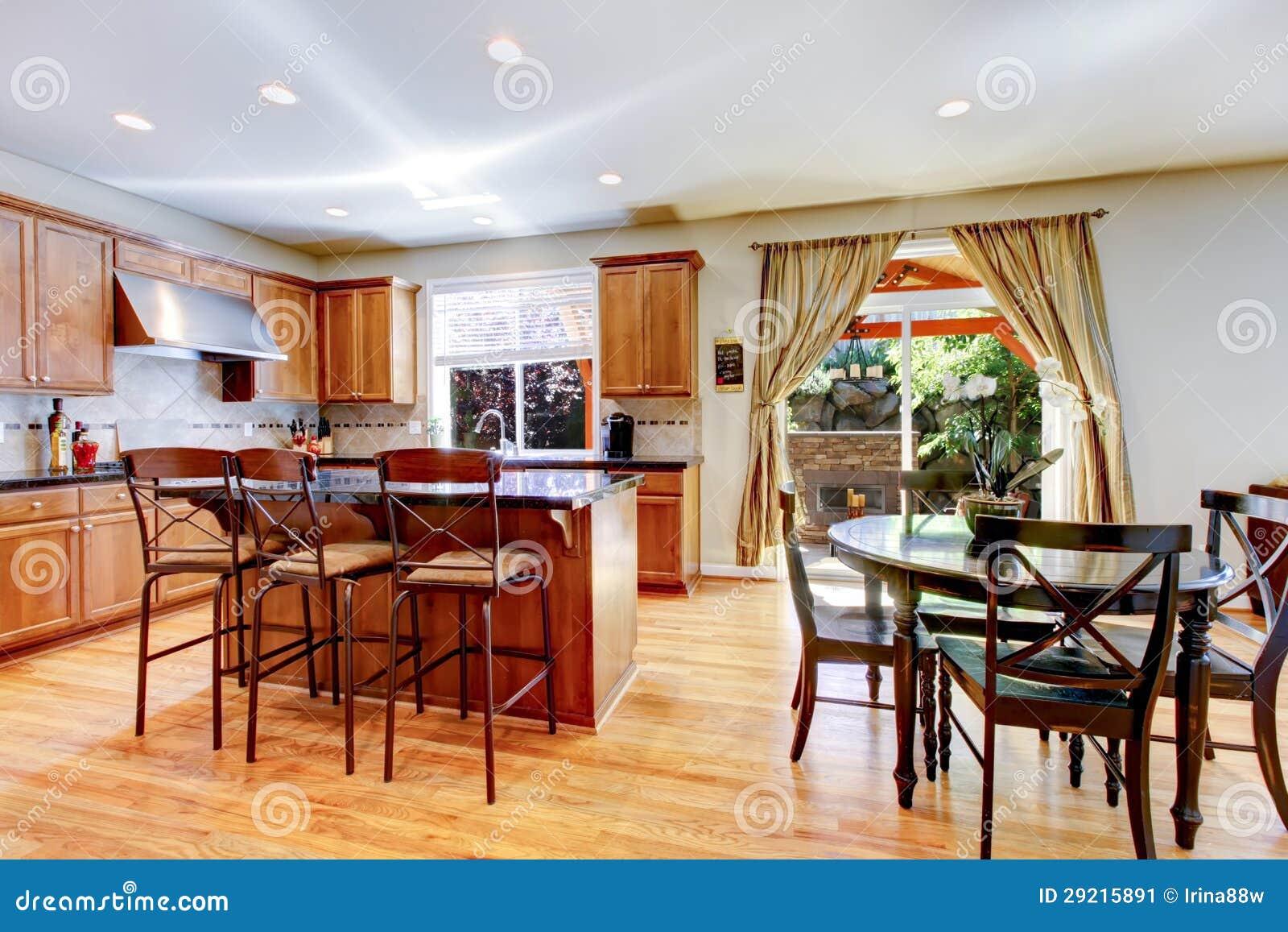 Grande cucina classica di legno con l 39 isola del granito immagine stock immagine 29215891 - Cucina classica con isola ...