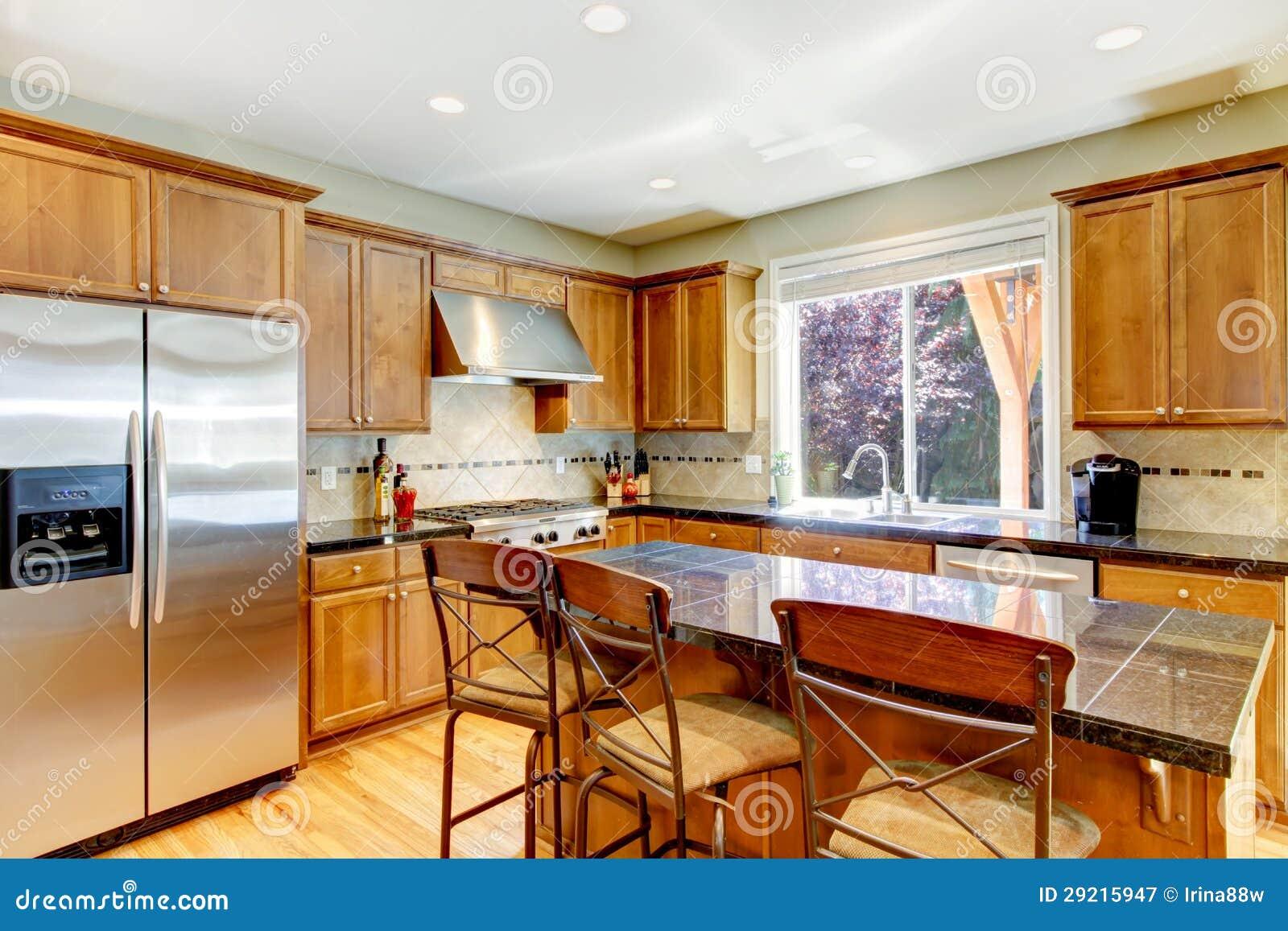 Grande cucina classica di legno con l 39 isola del granito immagine stock immagine di domestico - Cucina classica con isola ...