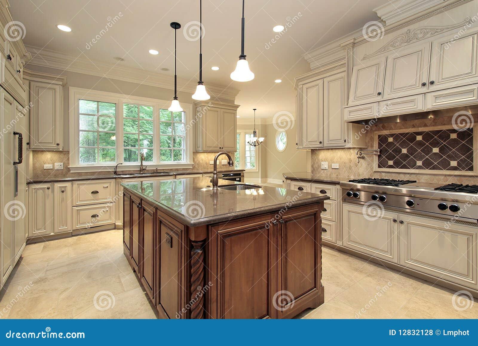 Grande cucina con cabinetry di legno fotografia stock immagine