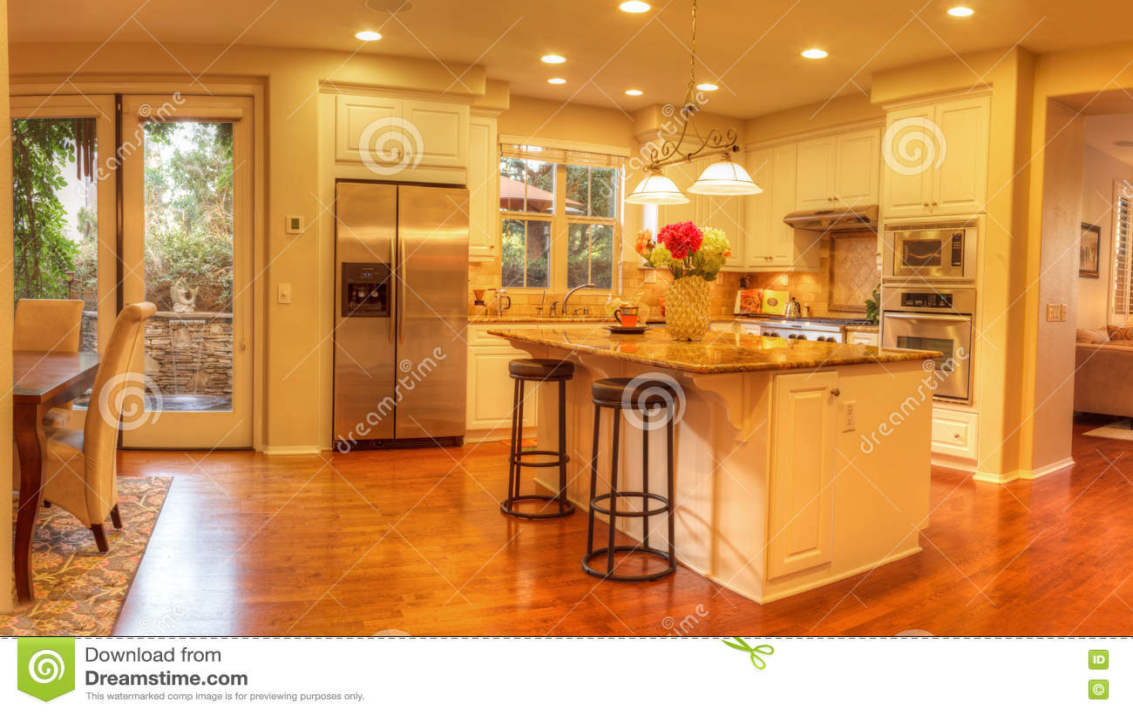 Grande cucina con illuminazione messa pavimenti di legno
