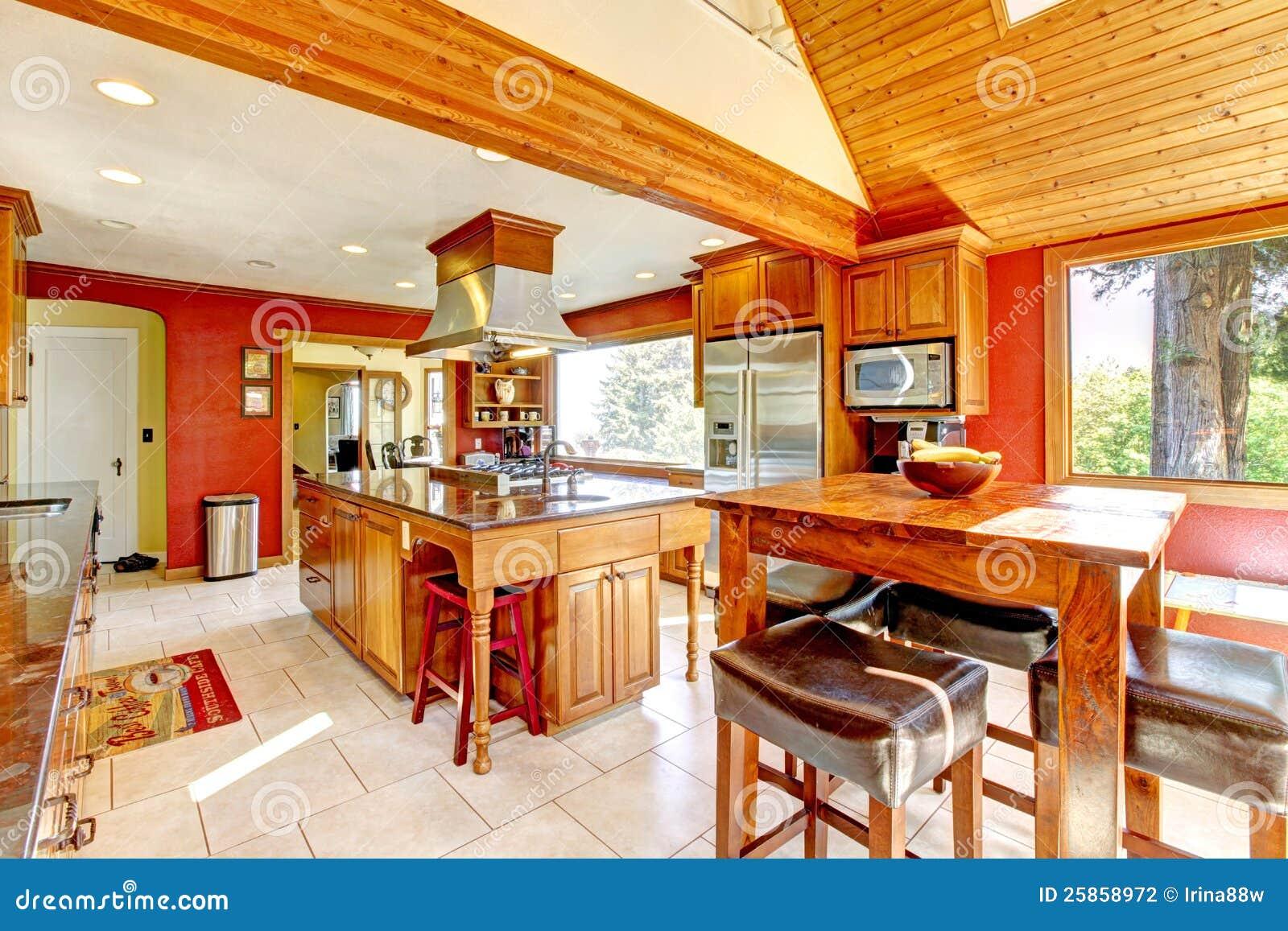 Grande cucina con le pareti rosse ed il soffitto di legno for Salon a la francaise