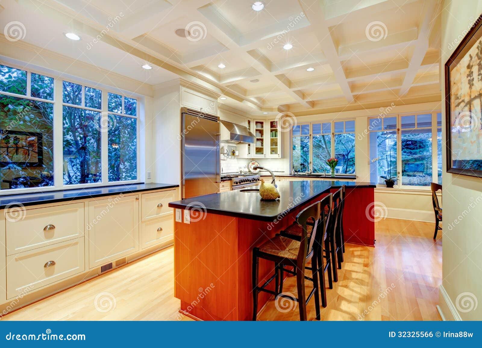 Grande cucina di lusso bianca con l 39 isola ed il for Enormi isole di cucina