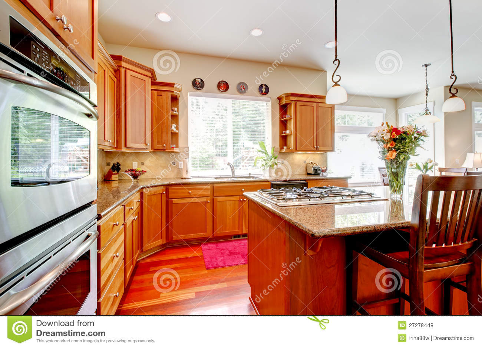 grande cucina di lusso di legno con colore rosso e granito fotografie stock libere da diritti. Black Bedroom Furniture Sets. Home Design Ideas