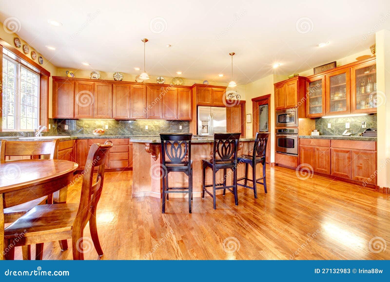 Grande cucina di lusso di legno della ciliegia immagine - Cucina di lusso ...