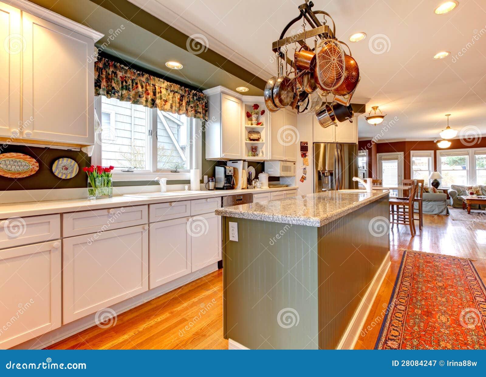 Grande cuisine blanche et verte avec le plancher en bois for Cuisine verte et blanche