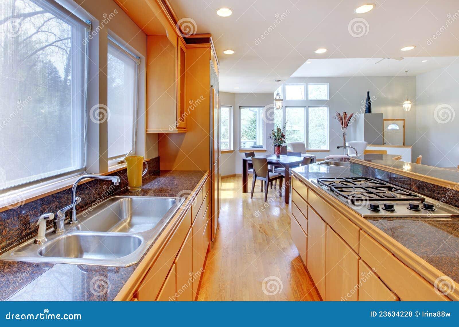 Grande cuisine en bois moderne de luxe photos libres de for Cuisine luxe bois