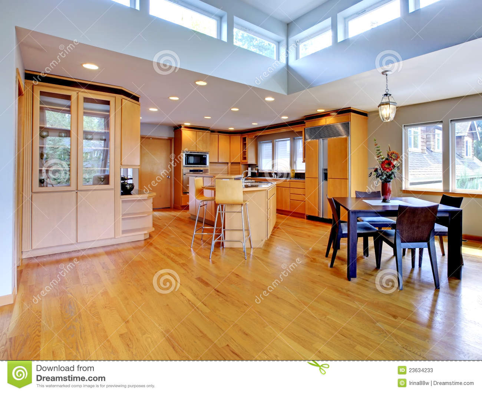 Grande cuisine en bois moderne de luxe photos stock for Cuisine luxe bois