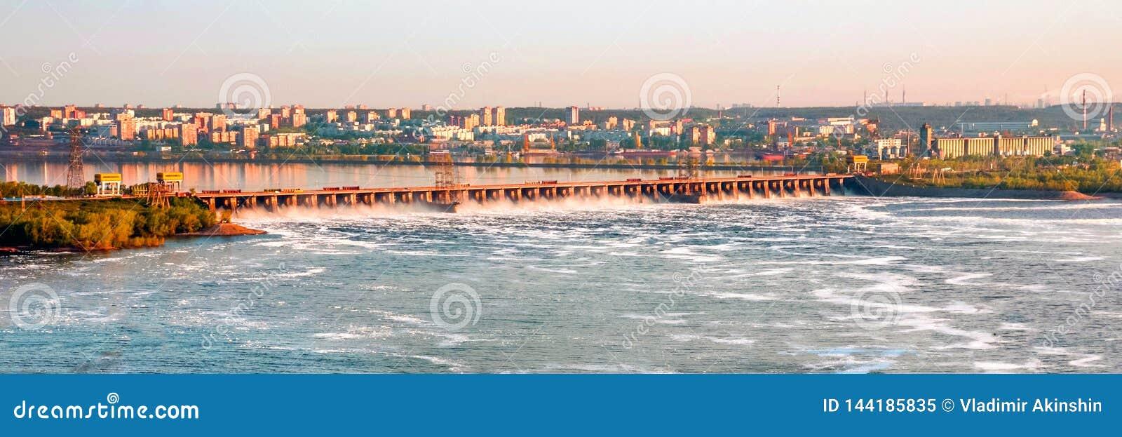 A grande descarga da ?gua de mola na represa de Zhiguli perto da cidade de Tolyatti no Rio Volga