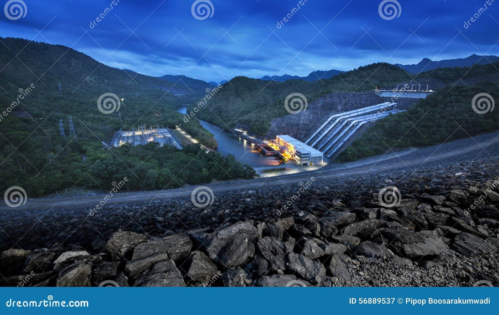 Grande diga nelle montagne