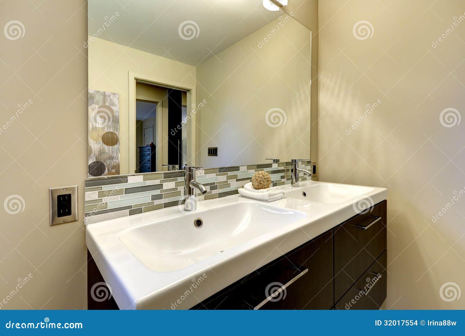 Imagens de Stock: Grande dissipador branco dobro do banheiro moderno  #82A328 1300 957