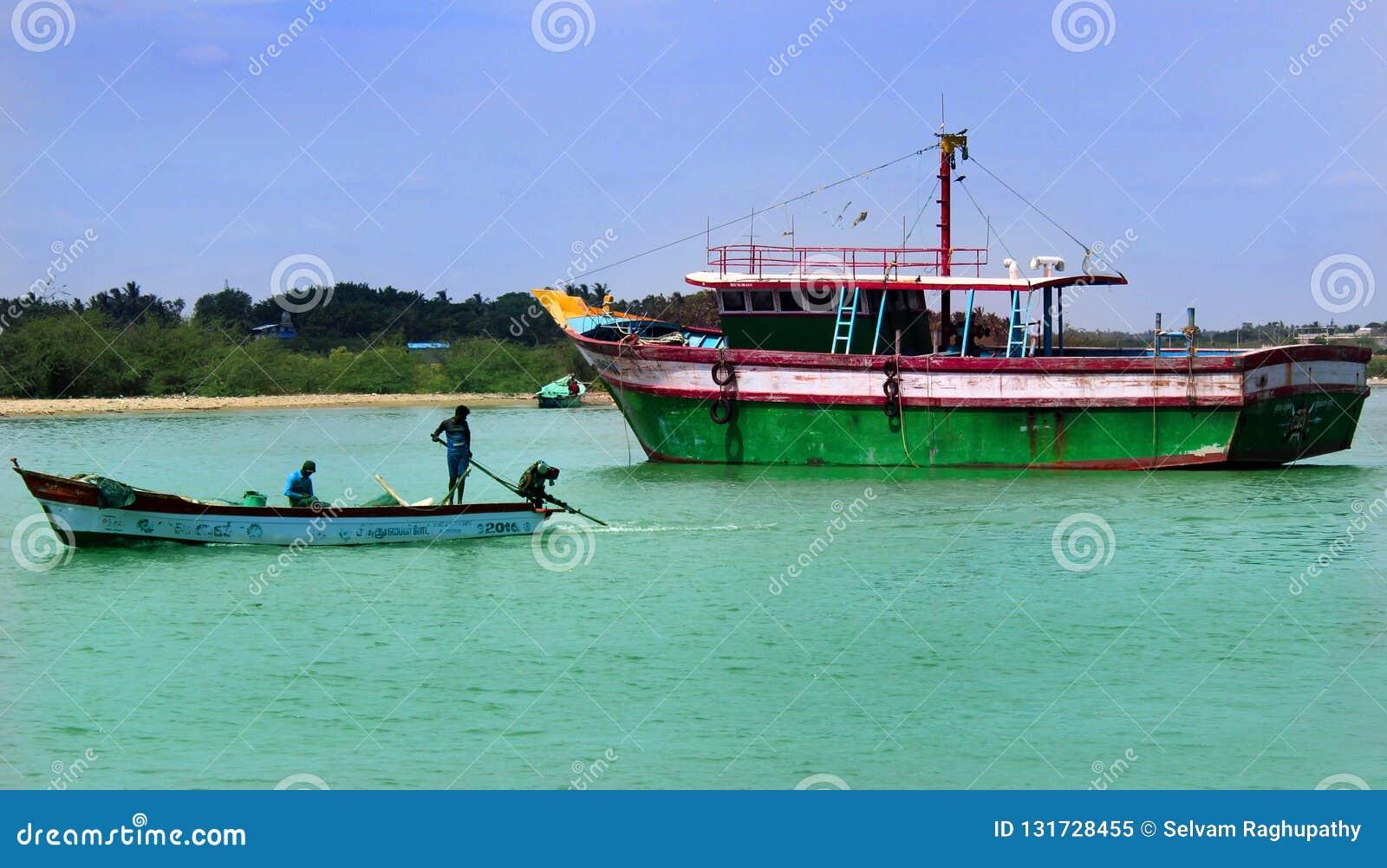 Grande e botes na praia karaikal