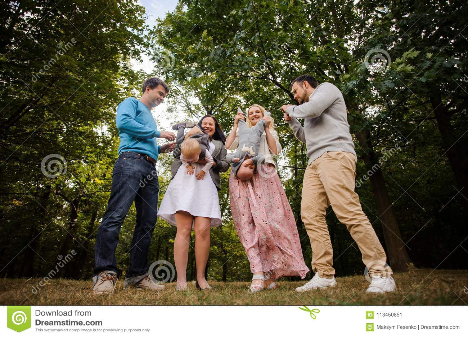 Grande e famiglia sorridente felice che gioca con i bambini in parco