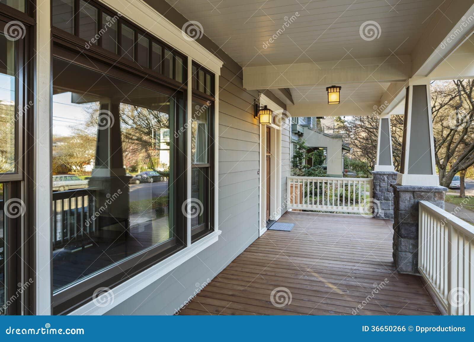 Grande esterno del portico di una casa dell 39 alta societ for Colonne di portico di casa