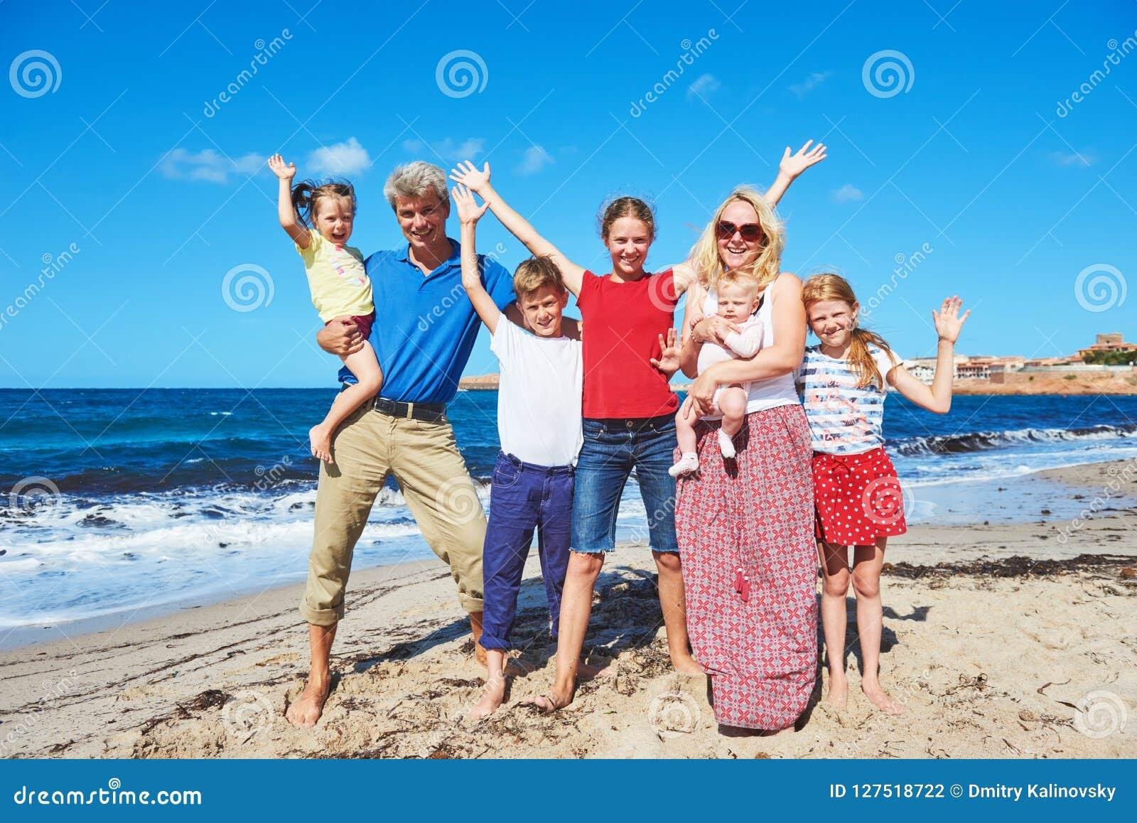 Grande famiglia con i bambini alle vacanze estive Spiaggia del mare