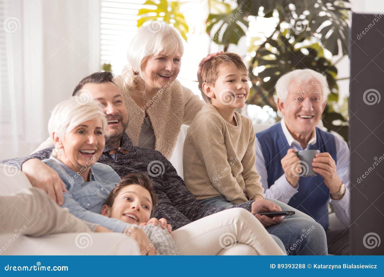 Grande famiglia felice che guarda TV