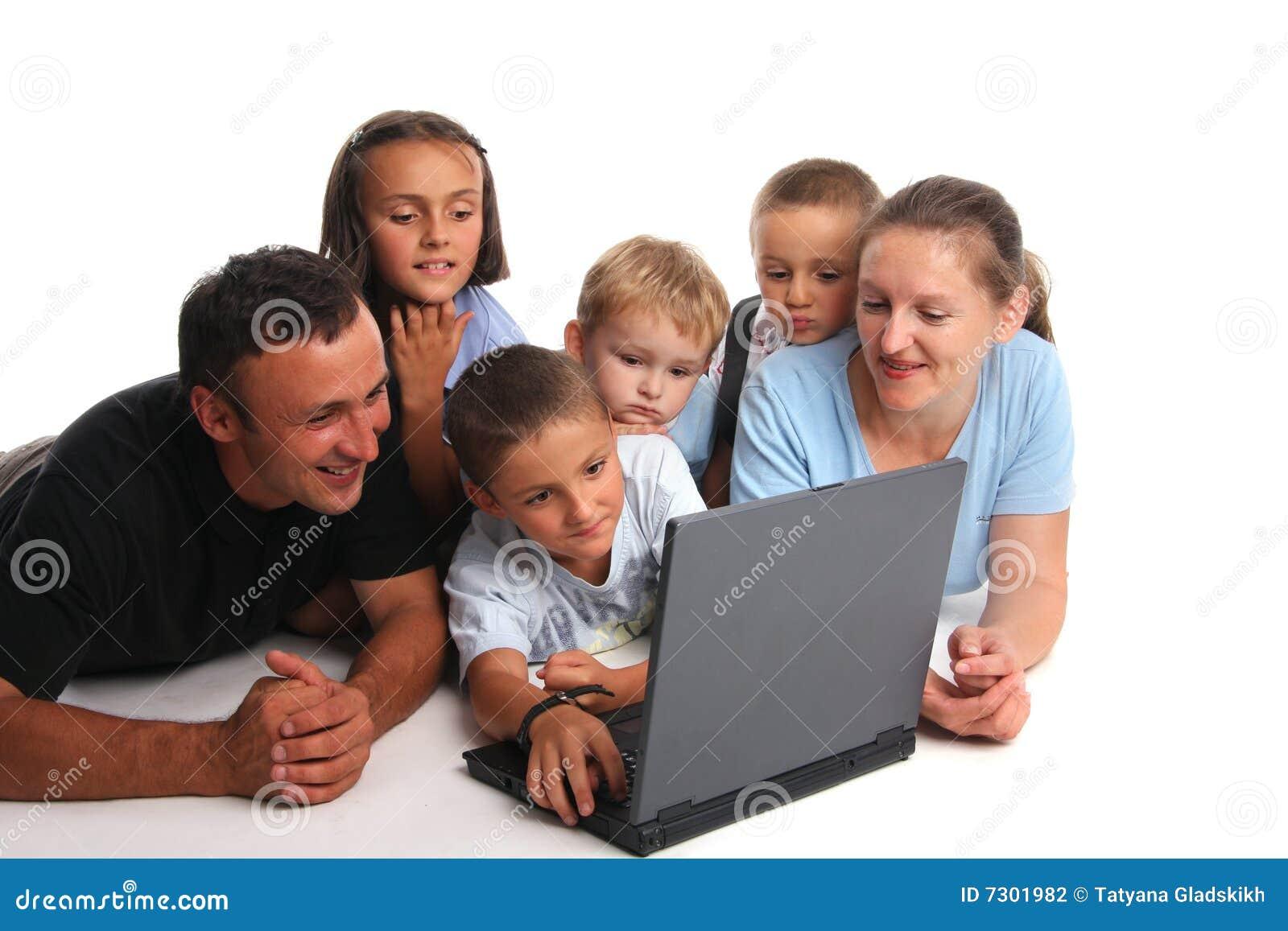 Grande famiglia felice con il computer portatile