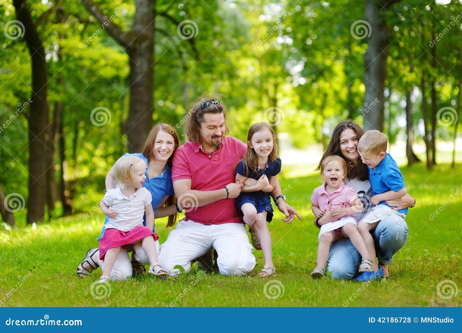 Grande famiglia felice divertendosi nel parco di estate