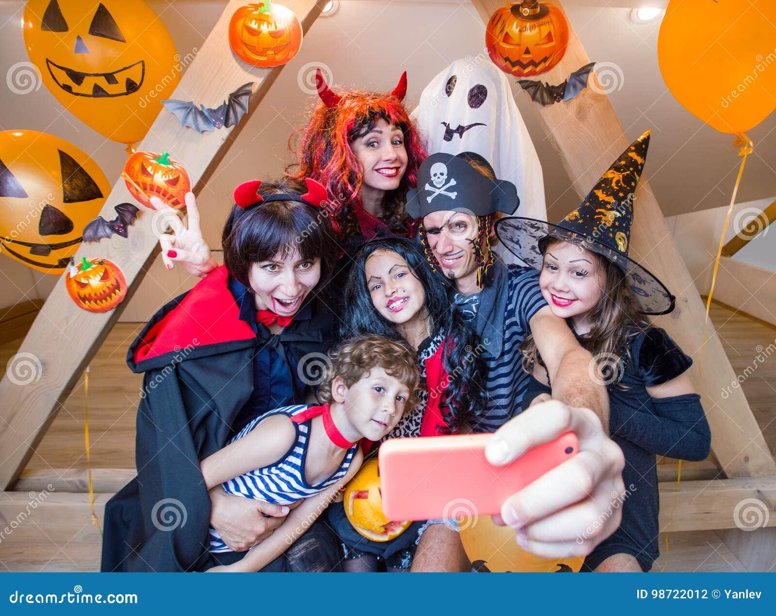 Grande famille dans des costumes de Halloween