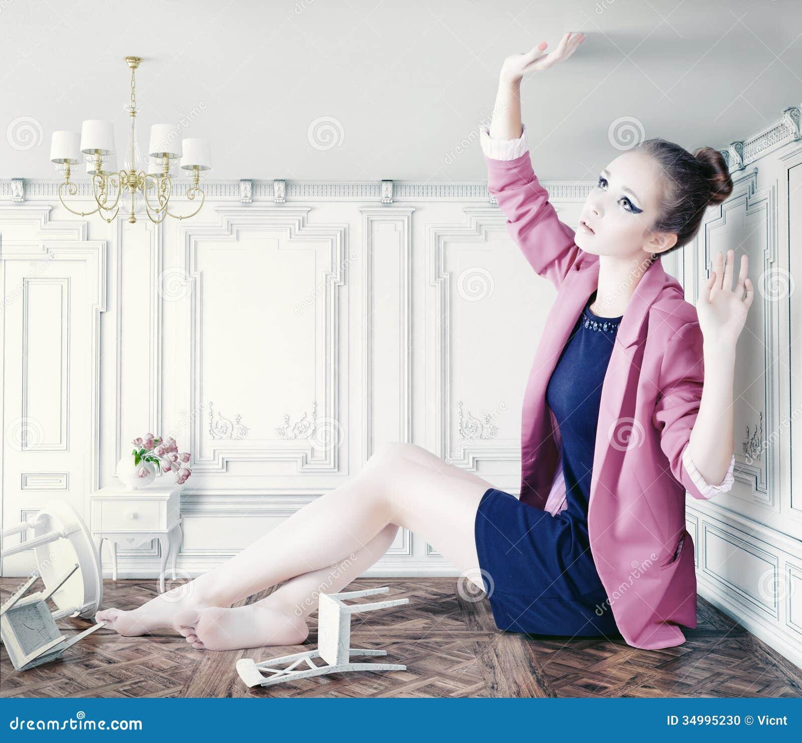 Grande Fille Dans Peu De Chambre Photo stock - Image du ...