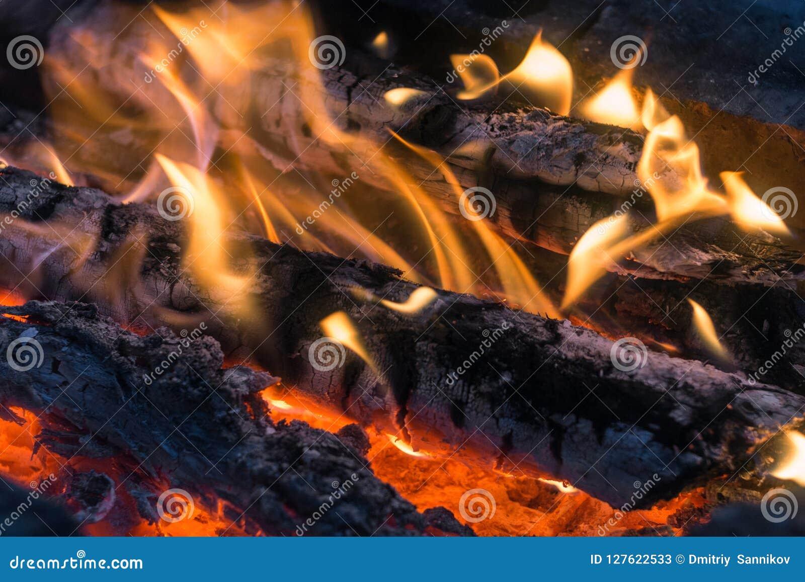 Grande fogueira ardente com a chama de incandescência macia