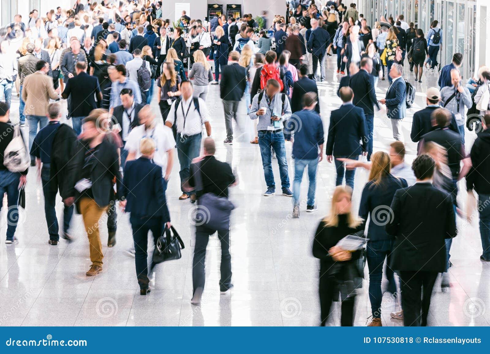 Grande foule des gens d affaires Blurred