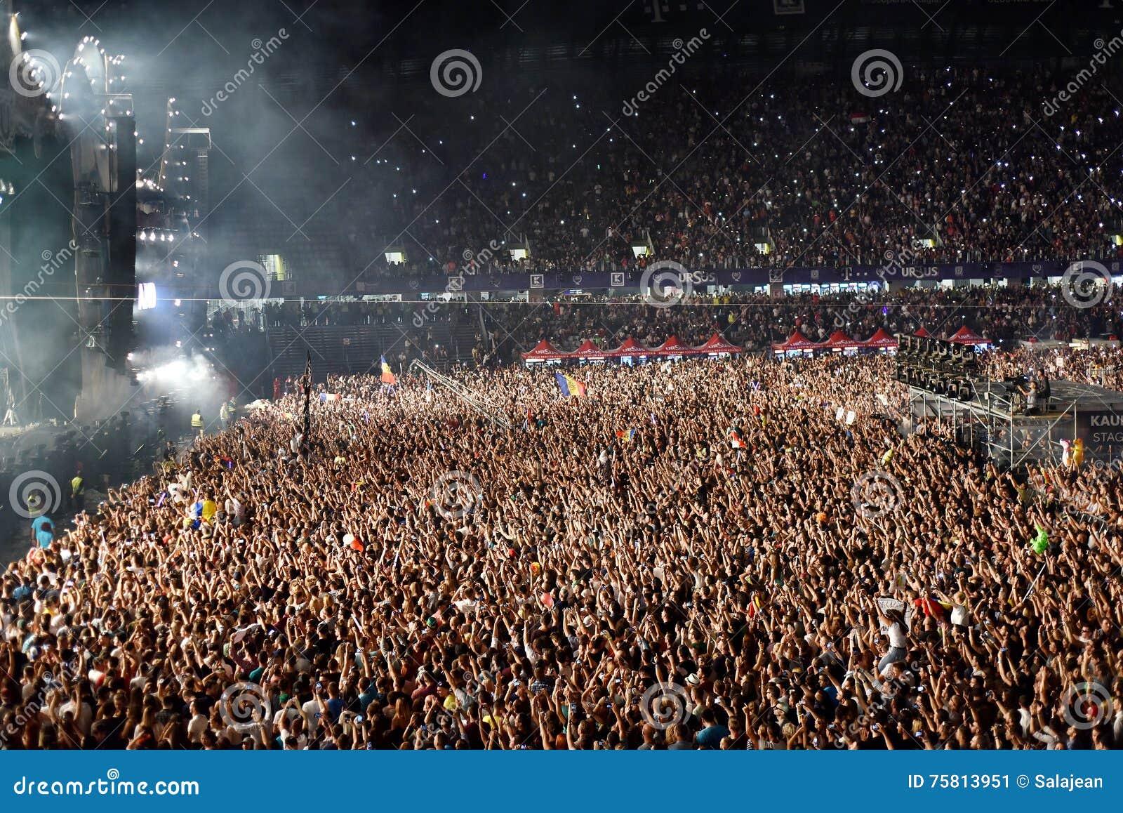 Grande foule des personnes à un concert dans l avant de l étape