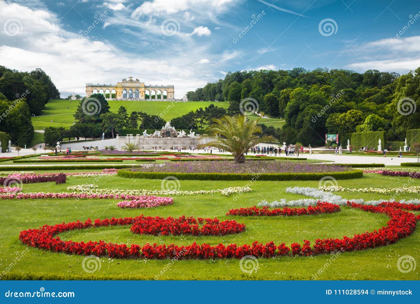 Grande giardino del Parterre con Gloriette famoso al palazzo di Schonbrunn