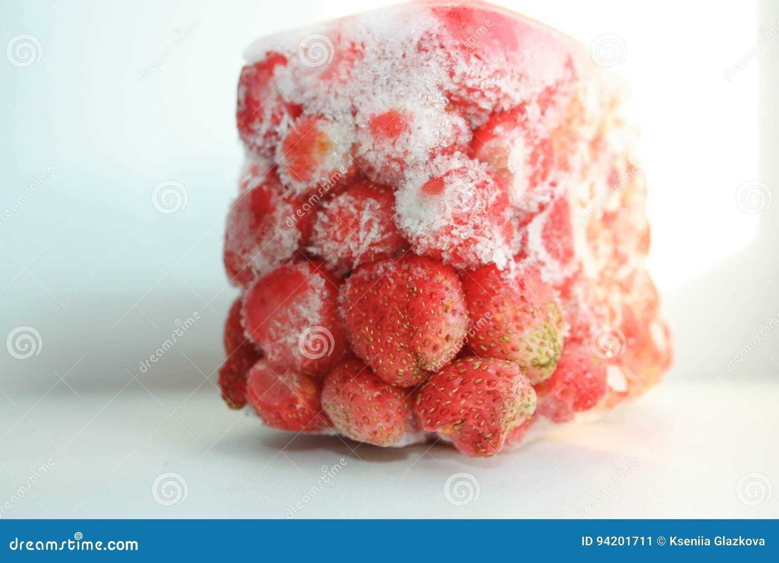 Grande glace rouge de fraise photo image stock image 94201711 for Grande glace