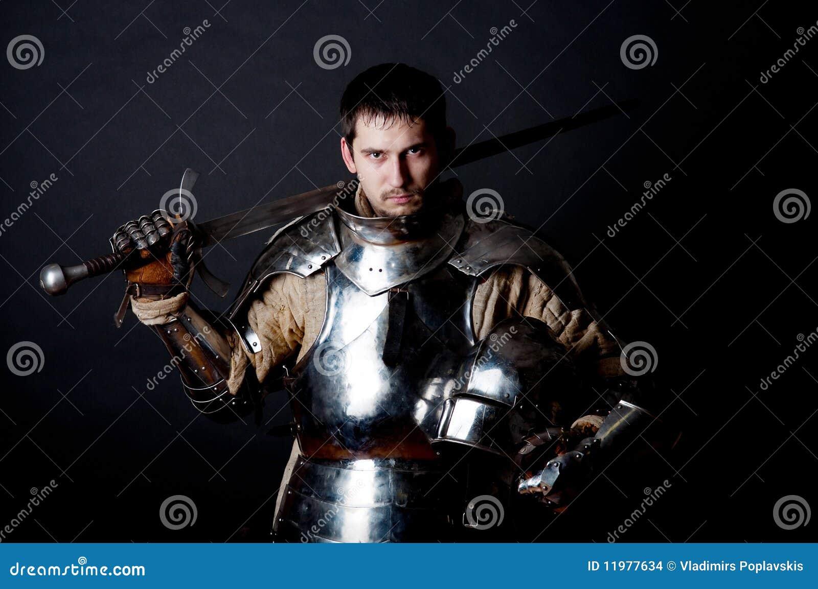 Grande guerreiro com espada e a armadura pesada