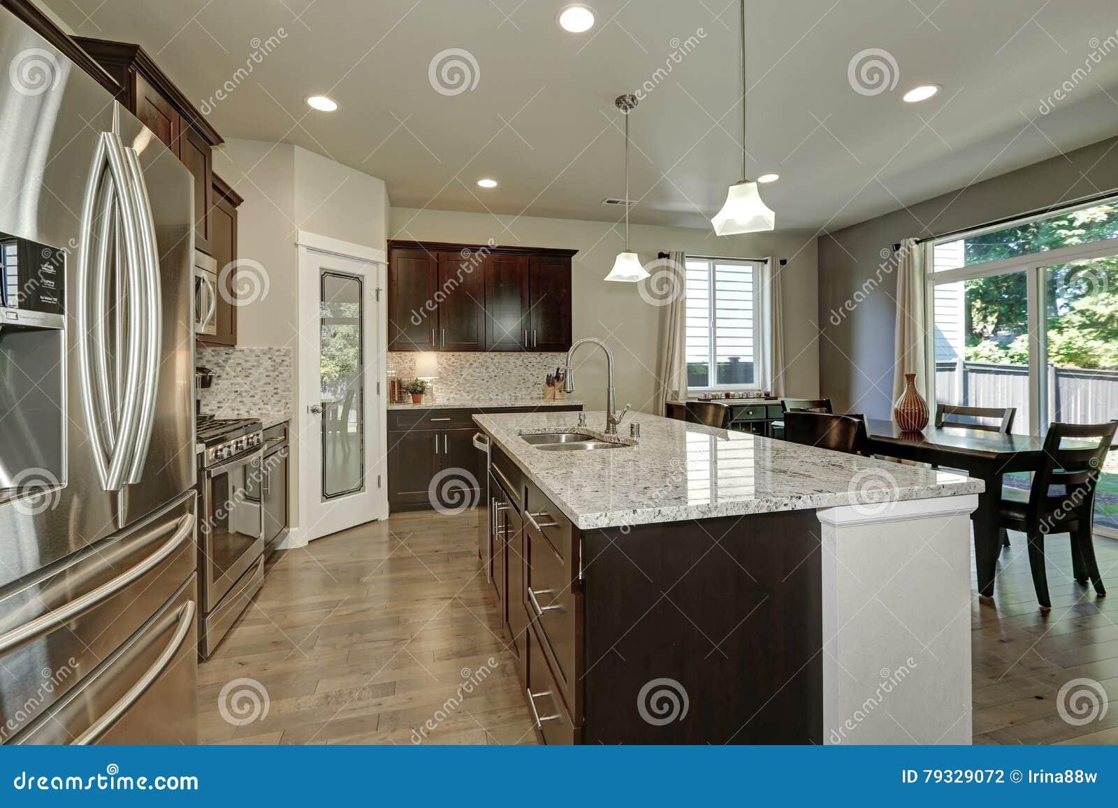 Grande Ilha De Cozinha Na Cozinha De Plano Aberto Moderna Foto De