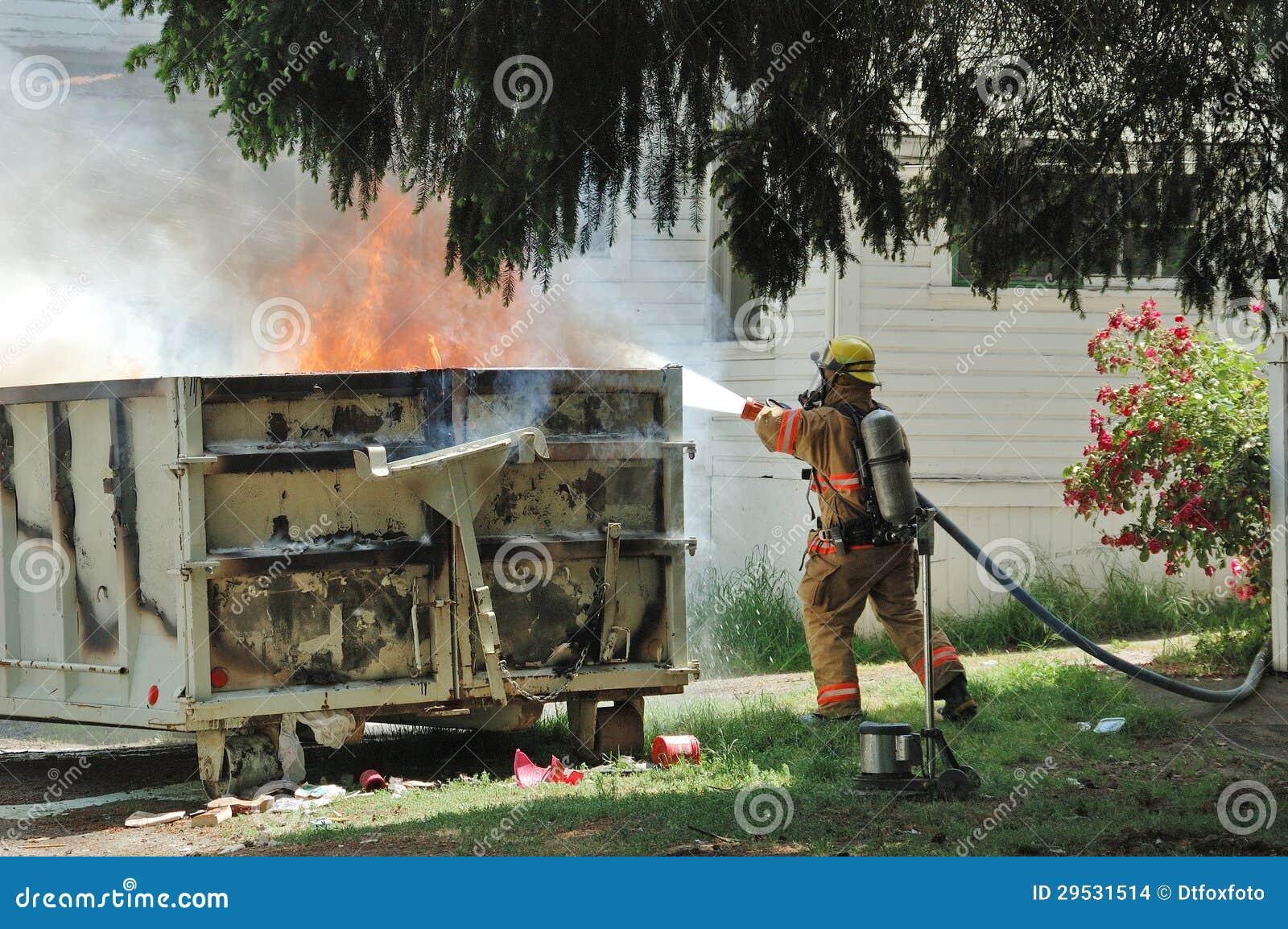 Grande incêndio comercial do contentor