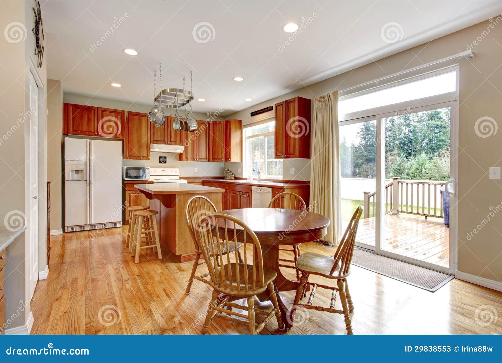 Grande interior de madeira clássico da cozinha com assoalho de folhosa.