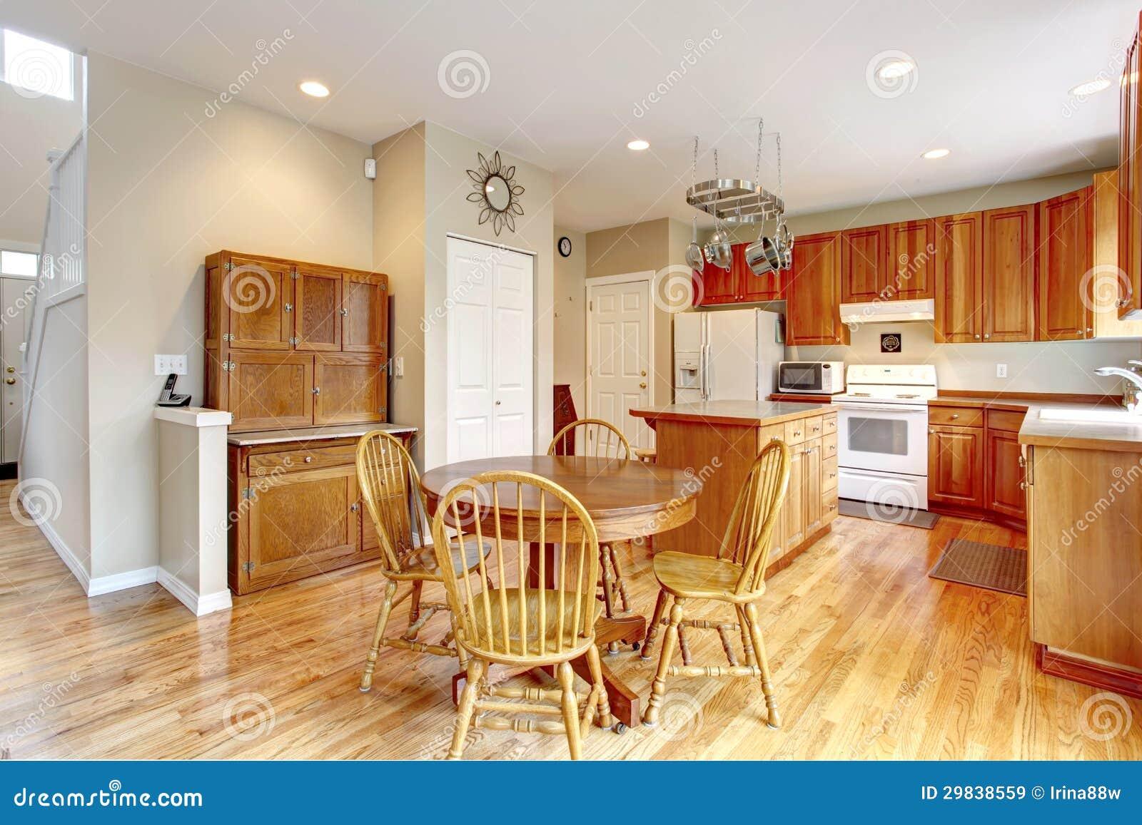 Grande interno di legno classico della cucina con il for Pavimento della cucina in stile artigiano