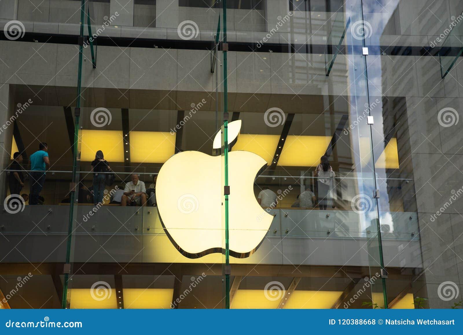 Grande logo di Apple sulla parete di vetro di costruzione al deposito della mela su Georg
