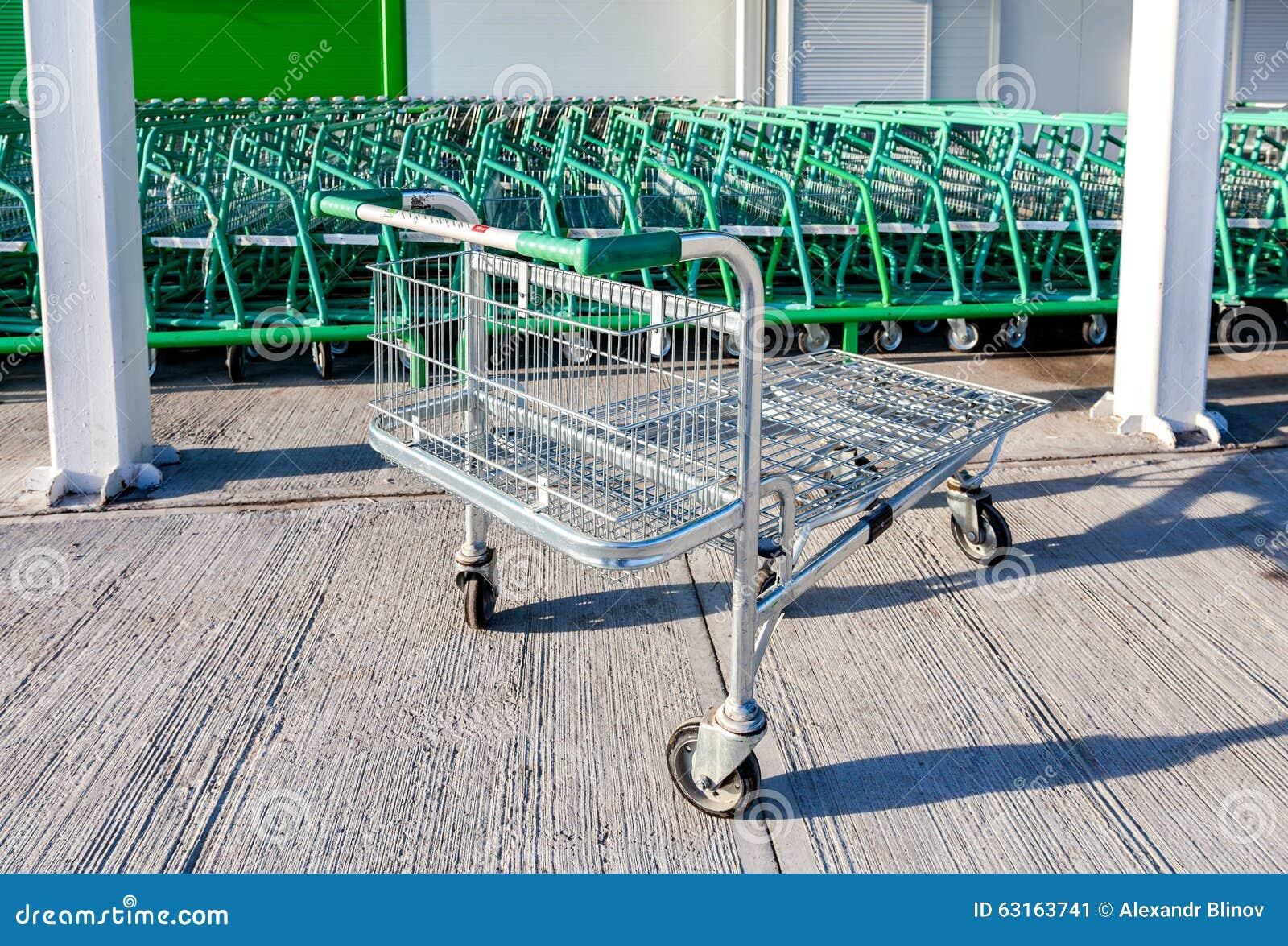 Grande loja vazia de leroy merlin do carrinho de compras foto editorial imagem 63163741 - Lejas leroy merlin ...