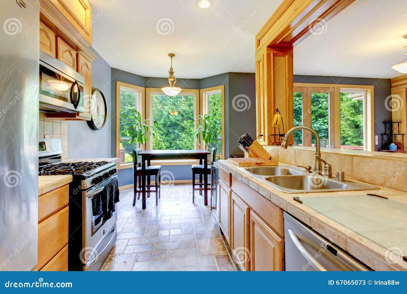 A grande madeira bonita agradável kichen com paredes cinzentas