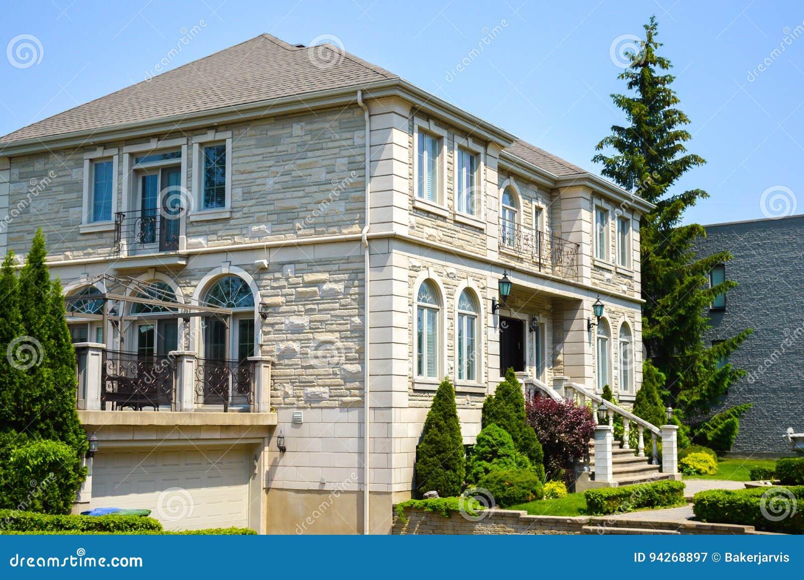 Grande Maison Blanche Moderne Chère Avec Les Fenêtres énormes à Montréal,  Canada
