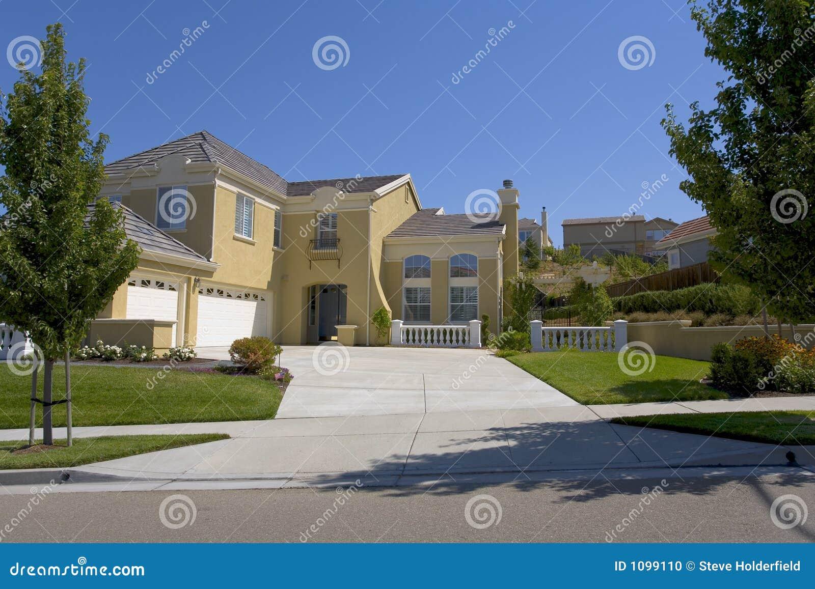 grande maison contemporaine faite sur commande de patrimoine photo stock image 1099110. Black Bedroom Furniture Sets. Home Design Ideas
