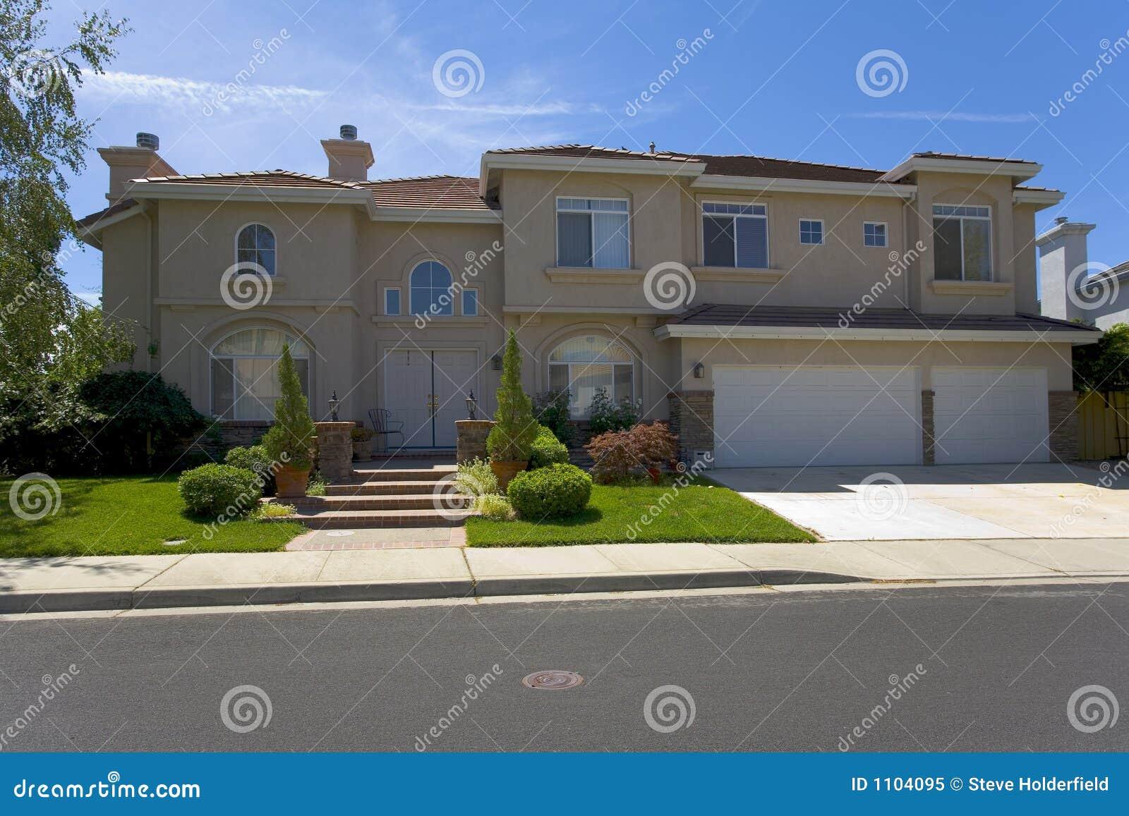 Grande maison contemporaine luxueuse de stuc image stock for Maison luxueuse moderne