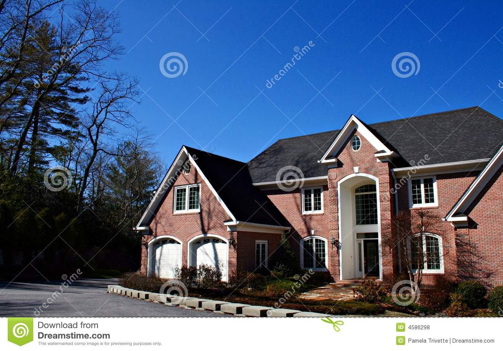 Grande maison de brique avec le double garage photo stock for Maison garage double