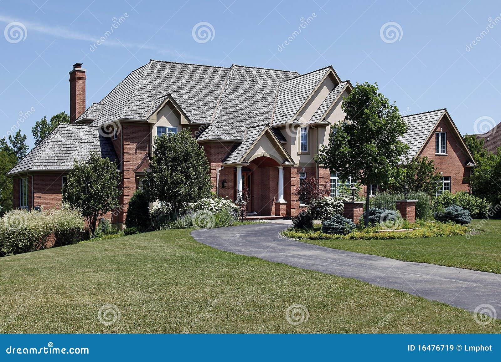 Grande maison de brique avec le toit de c dre images for Maison de cedre prix