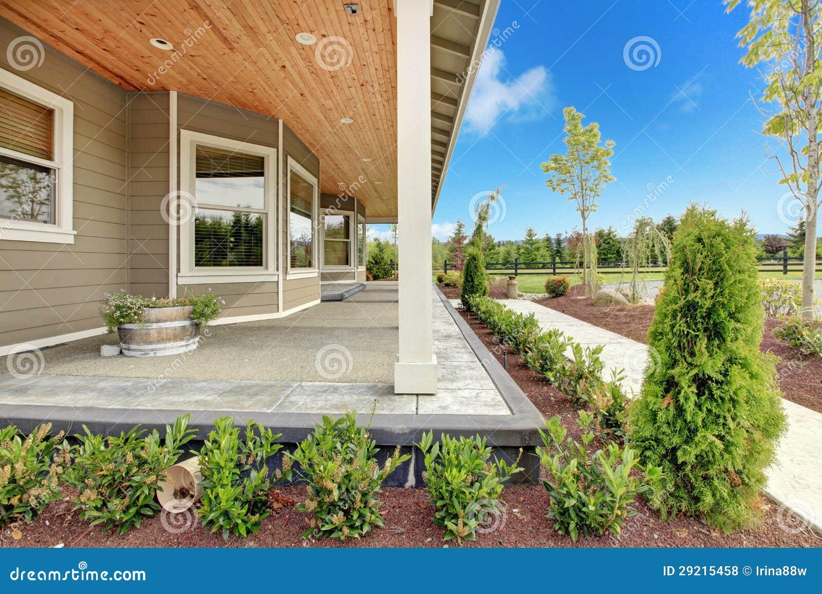 grande maison de campagne de ferme avec le long porche couvert photo stock image du bleu. Black Bedroom Furniture Sets. Home Design Ideas