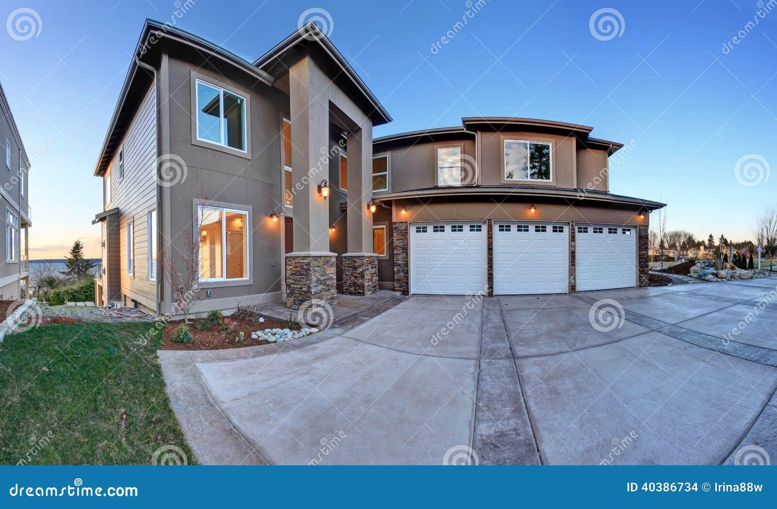 grande maison de luxe avec le haut porche de colonne photo stock image 40386734. Black Bedroom Furniture Sets. Home Design Ideas