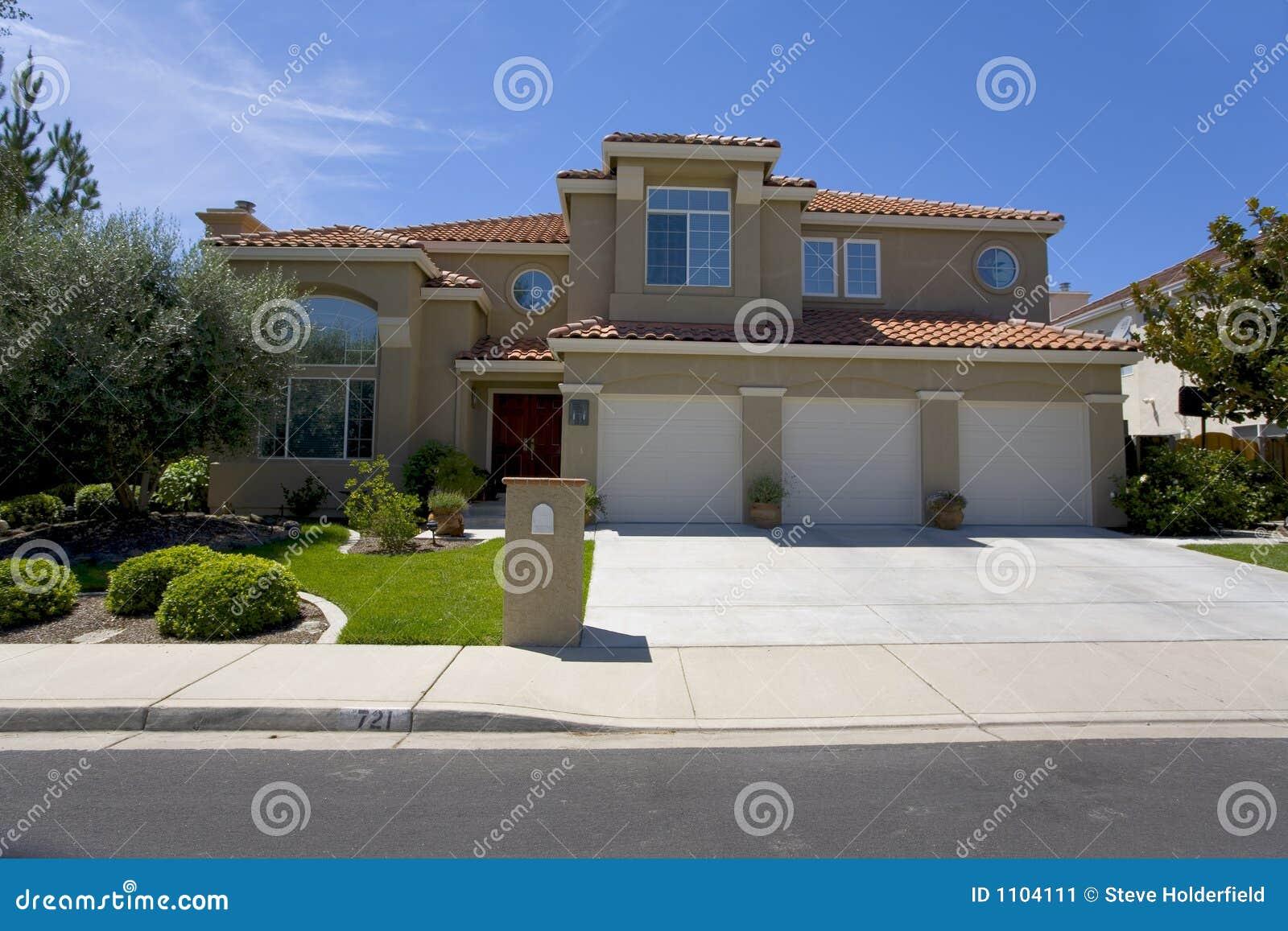 Grande maison de luxe de stuc image stock image 1104111 - Rever d une grande maison ...