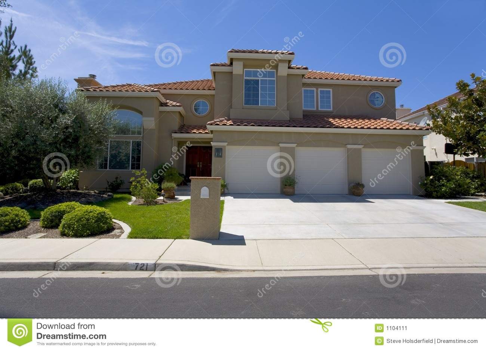 Grande maison de luxe de stuc image stock image 1104111 for Grande maison moderne