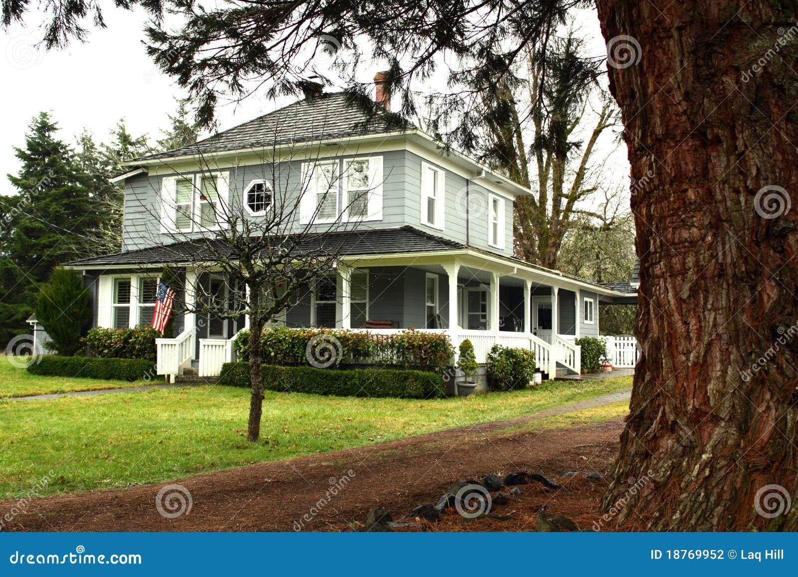 Grande maison de pays avec l 39 enrouler large autour du for Maison avec porche