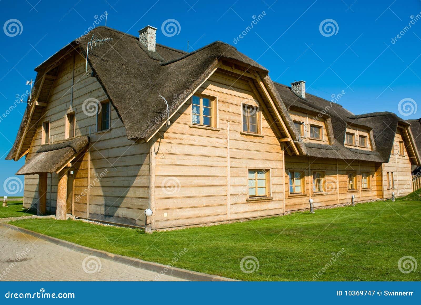 grande maison en bois avec le toit de paille image stock image du famille bleu 10369747. Black Bedroom Furniture Sets. Home Design Ideas